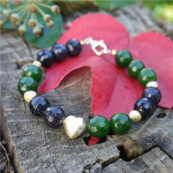 Armband mit grüner Jade und goldenen Herzen
