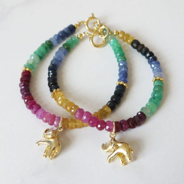 Armband mit Rubin, Smaragd, Saphir und Elefanten-Charm