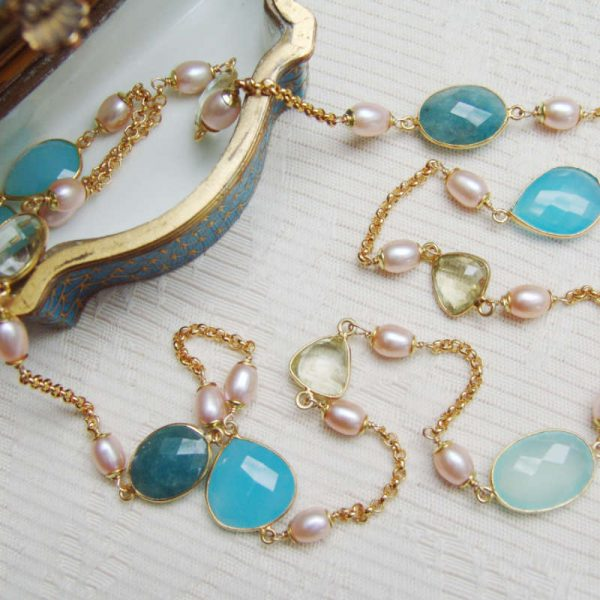 Longkette mit Edelsteinen und Perlen
