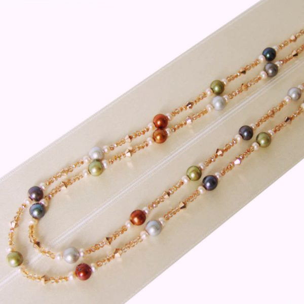 Doppelte Kette mit bunten Perlen