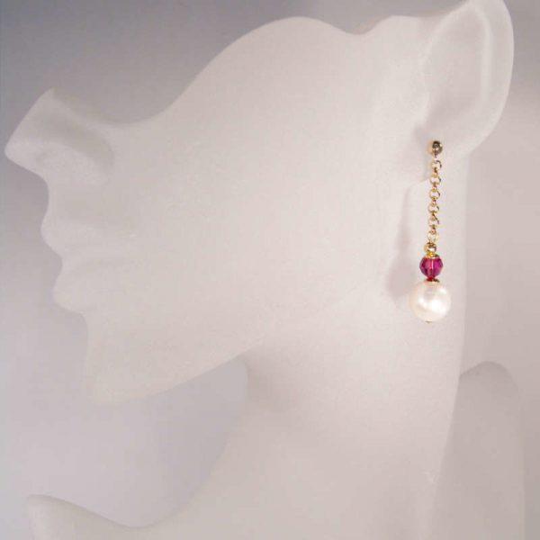 Lange Perlenohrhänger mit Kristall in Fuchsia