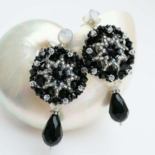 Tropfen-Ohrringe in Schwarz mit Rocailles und Swarovski Kristallen