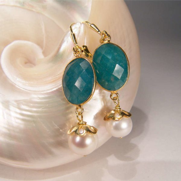 Grüne Edelsteinohrringe mit Perle