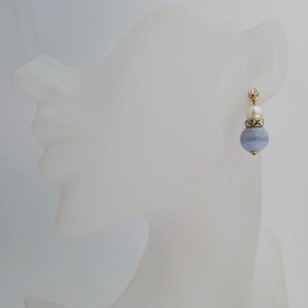Kopf nicht ganz lebensgroß _ Edelsteinohrring mit hellblauem Chalzedon und weißer Perle