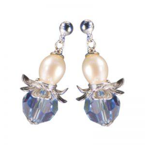 Ohrring in Blütenform mit hellblauem Kristall und Perle