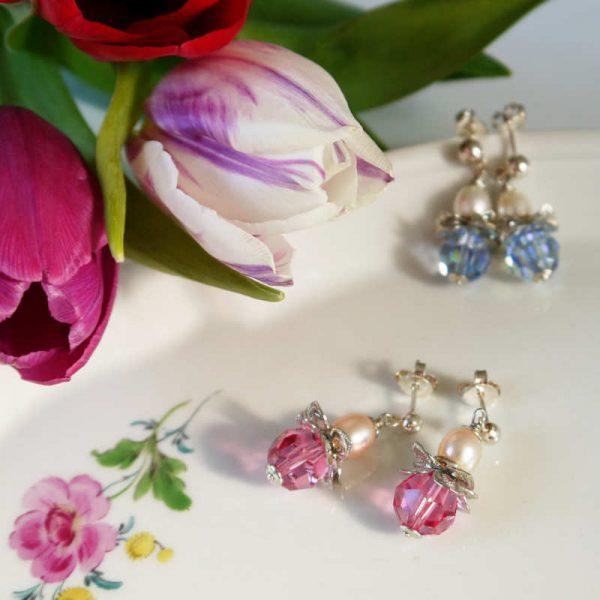 Blütenohrringe mit Kristall und Perle in Rosa und Hellblau