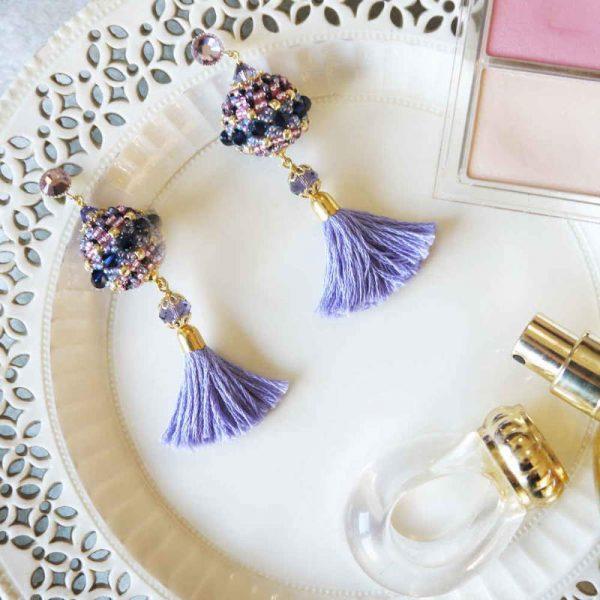 Quasten-Ohrringe mit Rocailles in Blau-Violett