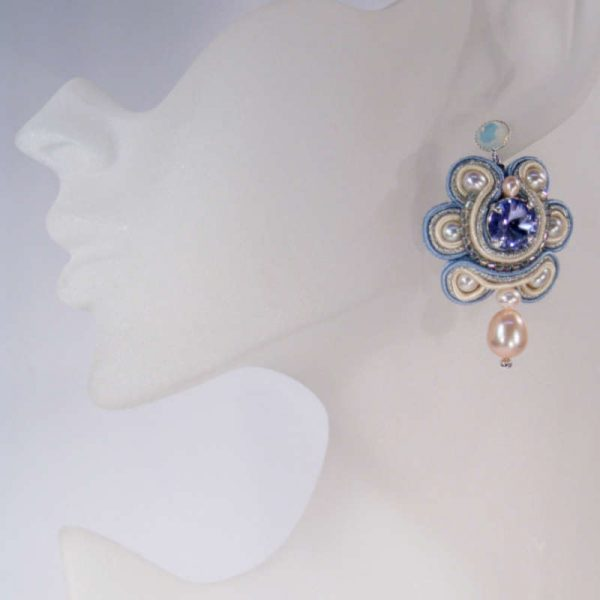 Soutache-Ohrring mit Perlen in Flieder