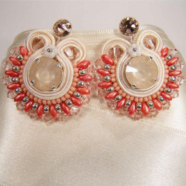 Runde Soutache-Ohrringe Korall-Elfenbein