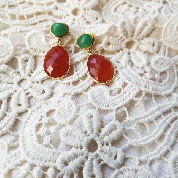 Edelsteinohrringe mit grünem Cabochon und roten Tropfen