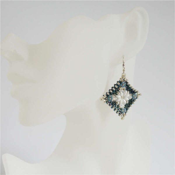 Peyote-Ohrringe in Dunkleblau-Silber mit weißen Blüten |