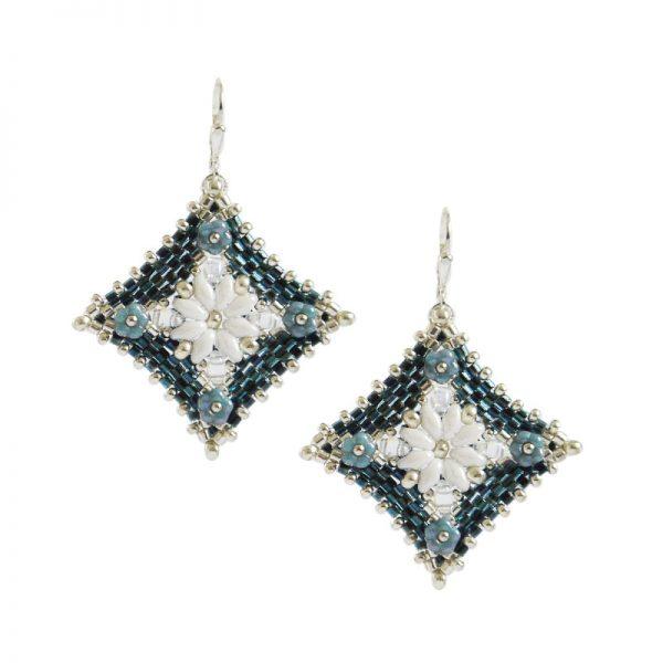 Peyote-Ohrringe in Dunkleblau-Silber mit weißen Blüten | Perlotte Schmuck