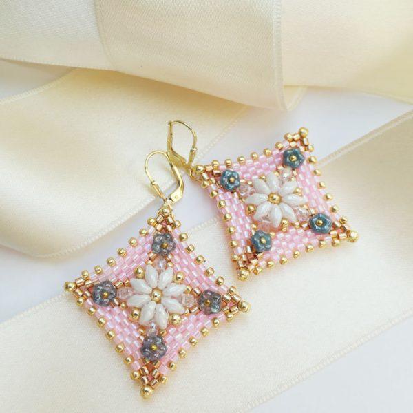 Peyote-Ohrringe in Rosa mit weißen Blüten | Perlotte Schmuck