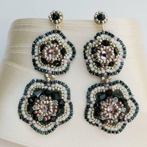 Dunkelblaue Statement-Ohrringe in Blütenform