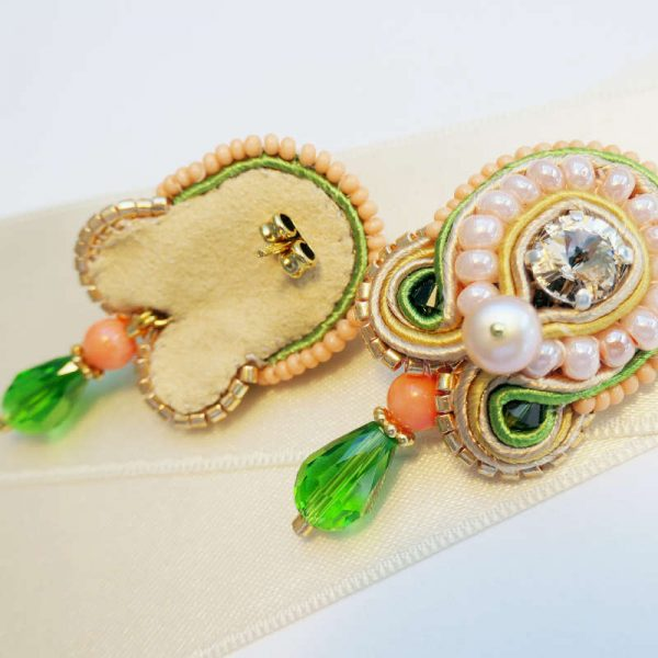 Soutache-Ohrringe mit Koralle und grünem Tropfen