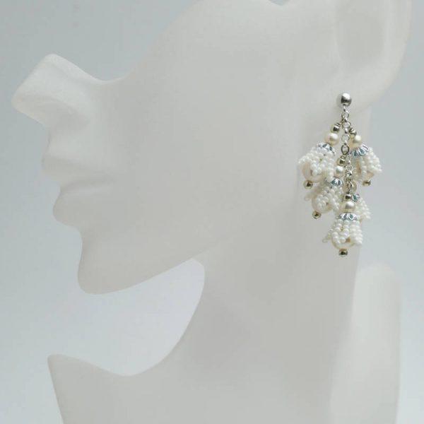 Ohrringe mit weißen Perlen in Blüten-Form