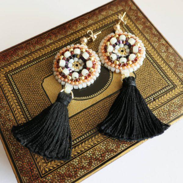 Rocailles-Ohrringe mit Quaste in Schwarz