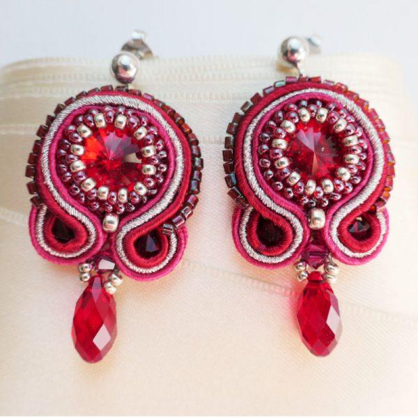Soutache-Ohrringe in Rot-Silber mit Kristalltropfen
