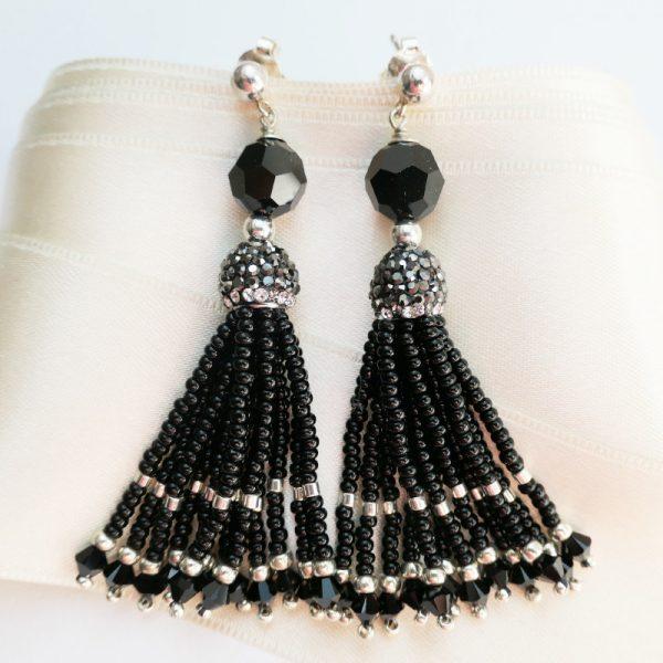 Ohrringe mit schwarzen Perlenquasten