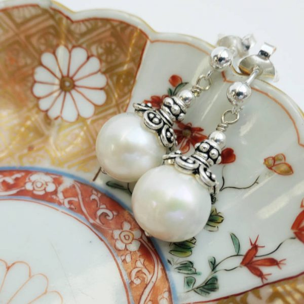 Perlenohrringe mit Silberfassung