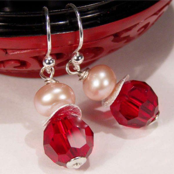 Ohrhänger mit Perle und Kristall in Dunkelrot - Variante in Silber