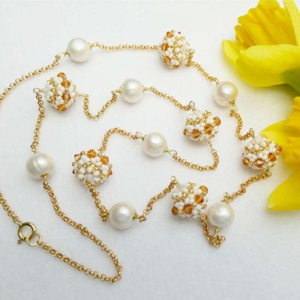 Longkette mit Rocailles-Kugeln und Perlen