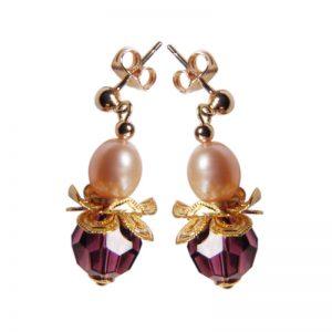 Ohrring in Blütenform mit violettem Kristall und Perle