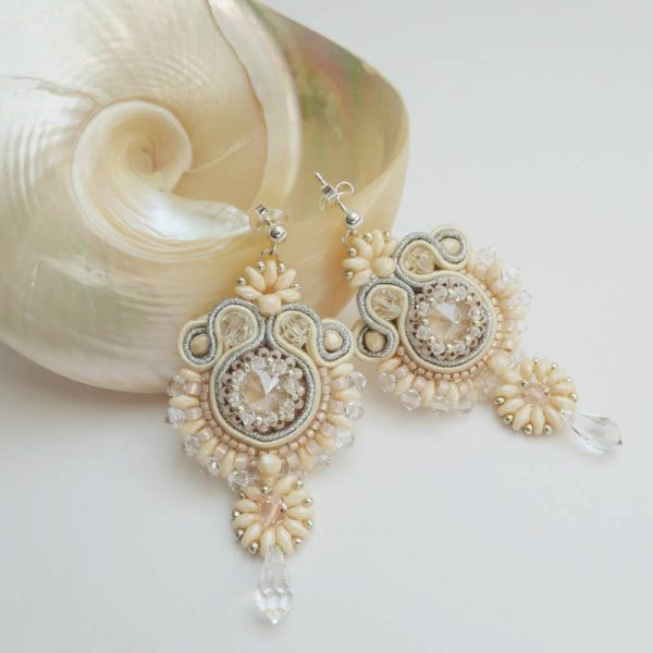 Soutache-Ohrringe mit Kristallperle in Nude mit Glastropfen